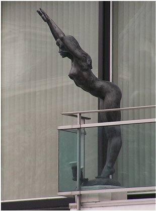 Female diver sculpture at Gent